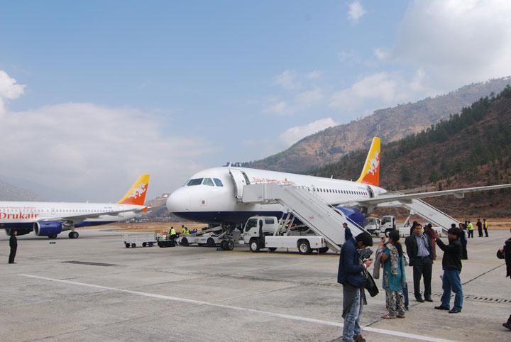 ブータンの玄関口パロ空港に到着したドゥルク航空