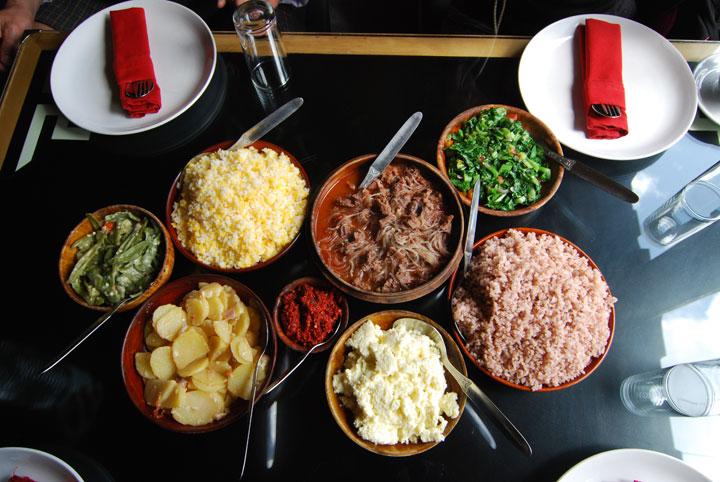 レストランで出されるブータンの伝統料理の一例