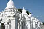 クドードォパゴダ Kuthodaw Pagoda