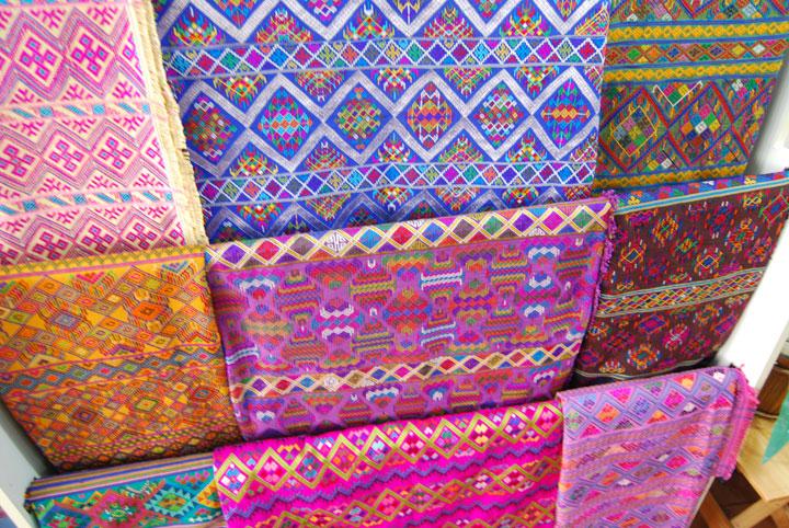 お土産にも人気のブータン織物
