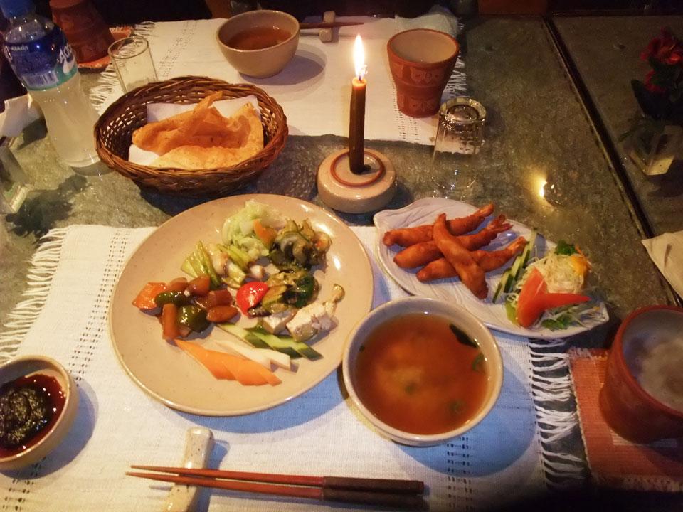 蜜蝋の自家製ろうそくで照らす夕食