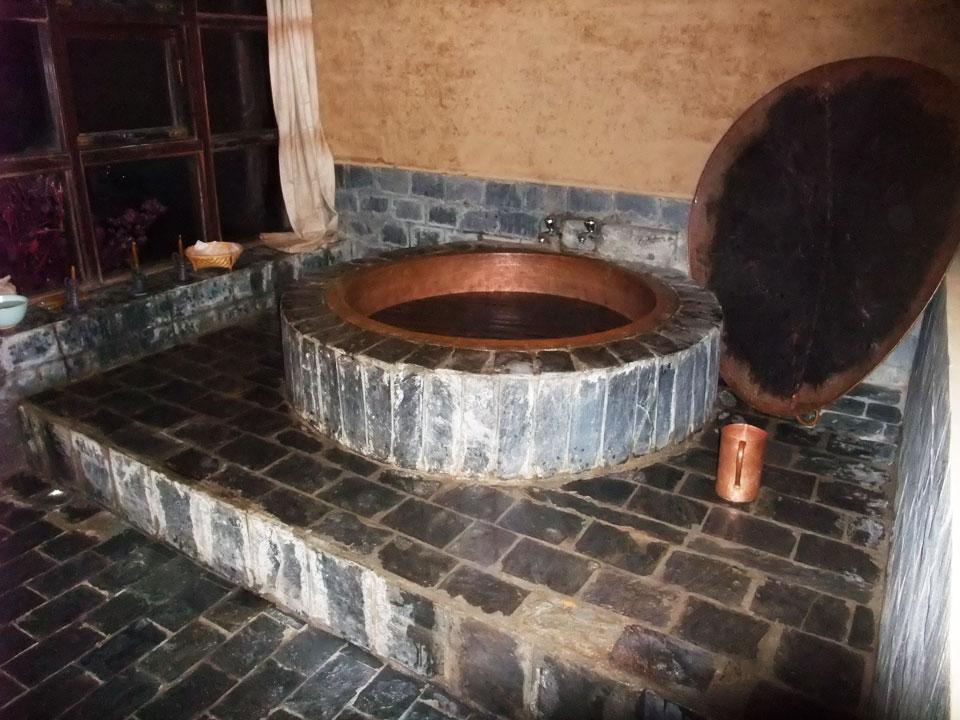 自慢の五右衛門風呂は夫婦や家族で入れます。