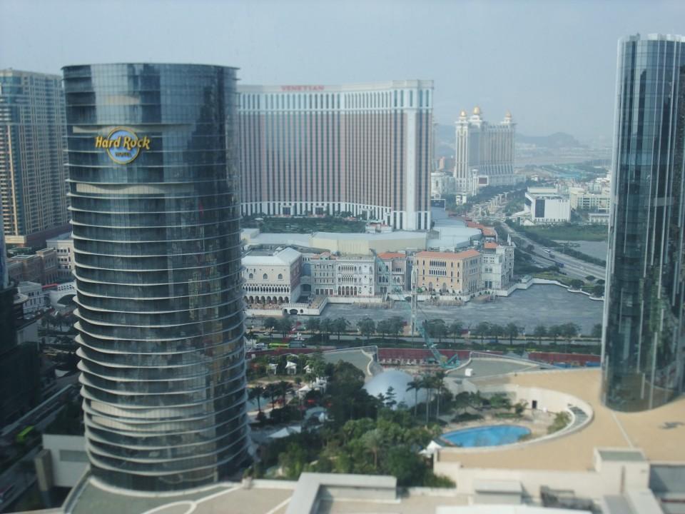 ホテル部屋からの眺望、益々開発の進むマカオです。