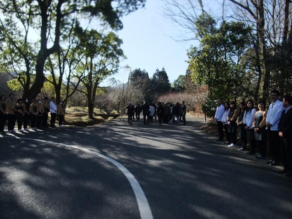 寿長生の郷 さんでは、バス到着時はずらりとスタッフさんが勢ぞろい
