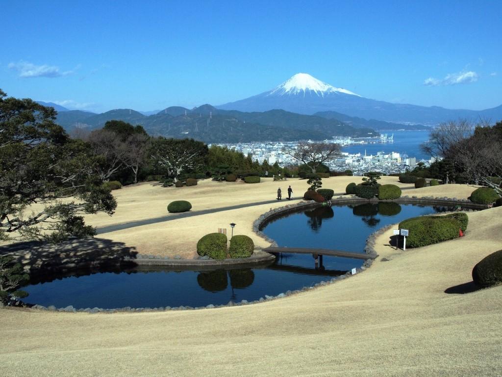 TVのロケにつかわれた庭を持つホテル(現在、池はありません)から見た富士山。